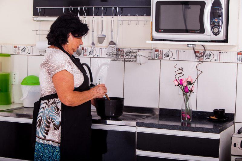 家事をするおばさん