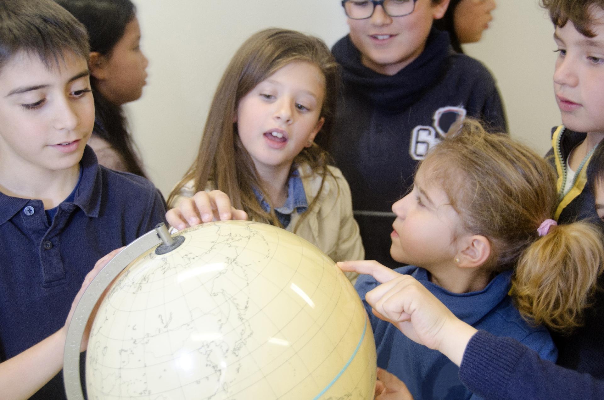 地球儀をさわる子どもたち