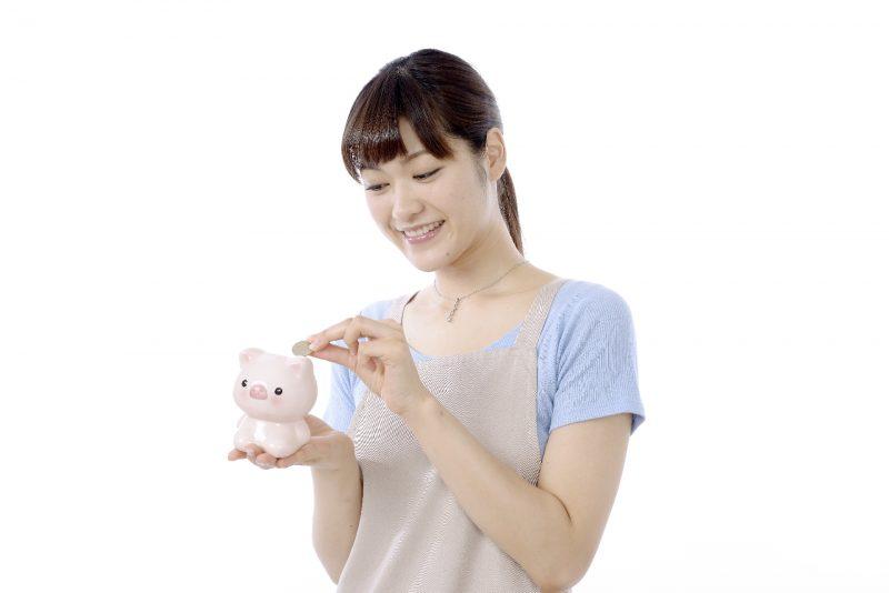 主婦と貯金箱