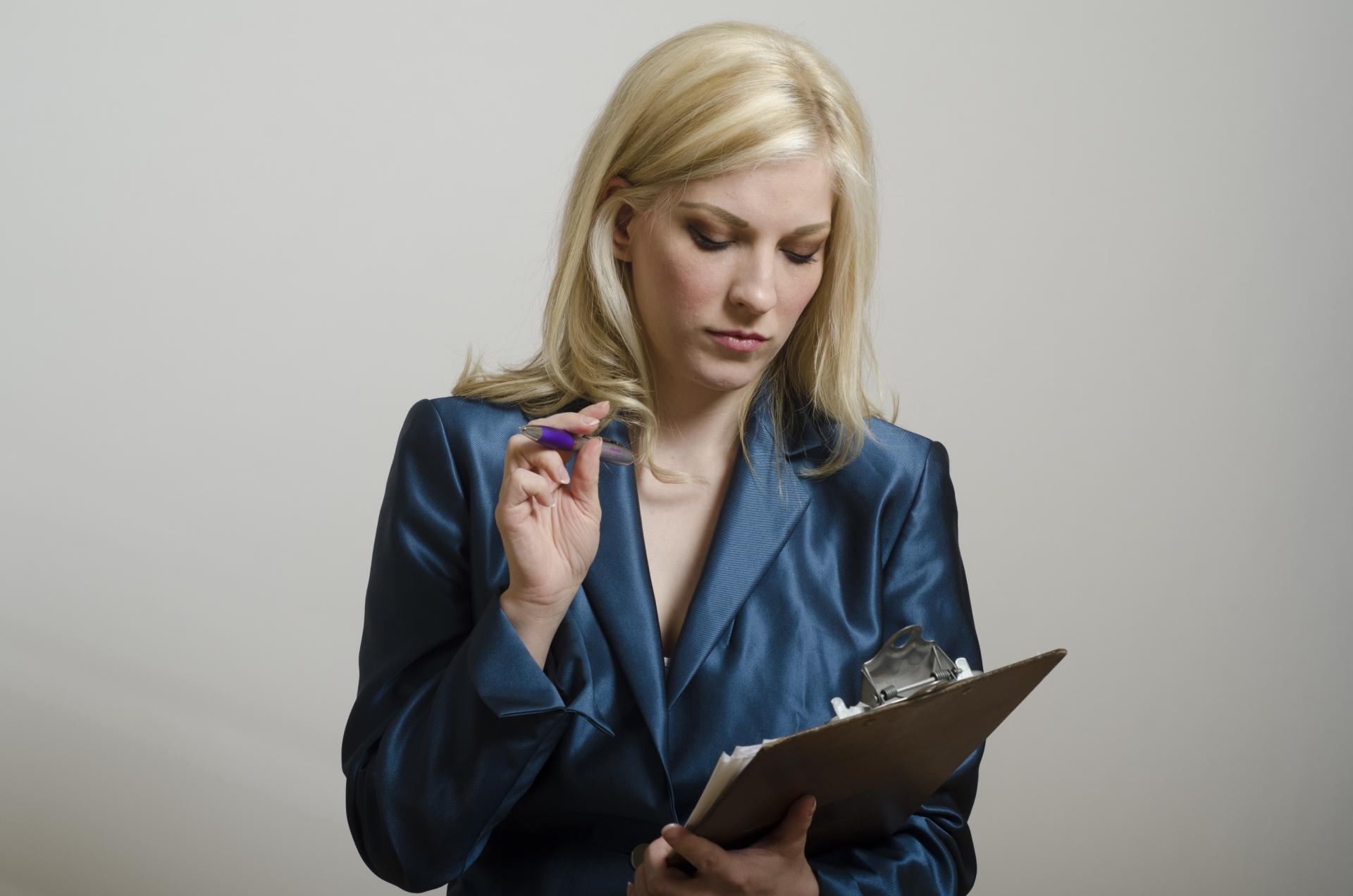 ファイルを確認する外人女性